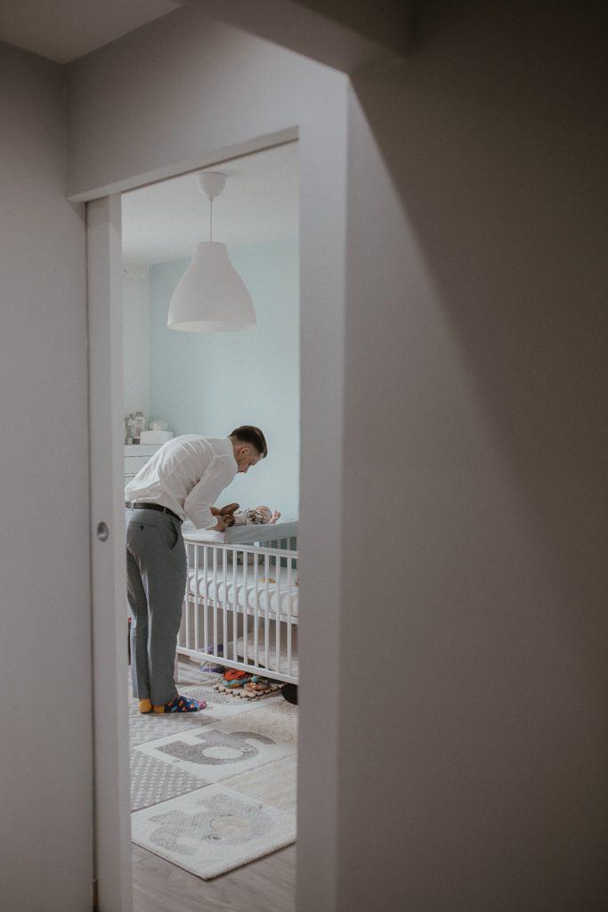 Przygotowania małego Leonka przez tatę.
