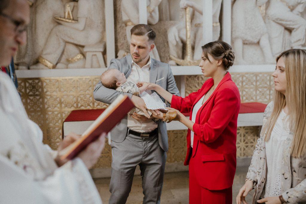 Reportaż z chrztu świętego w kościele.